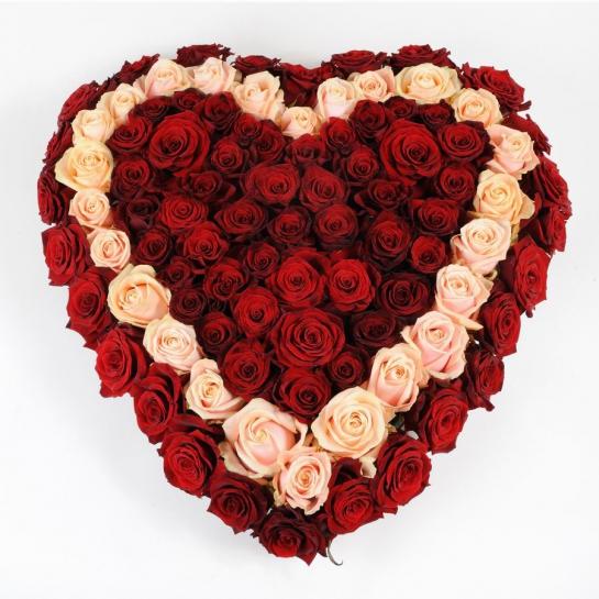 Композиция-сердце из микса роз