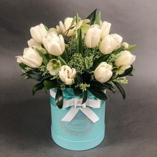 Белые тюльпаны в шляпной коробке