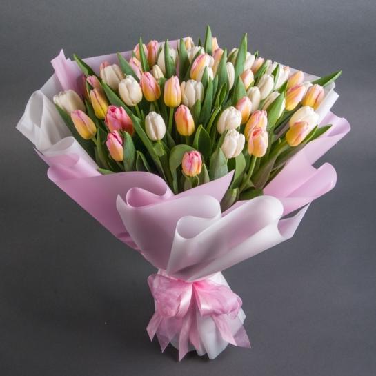 Букет из 51 белого и розового тюльпанов
