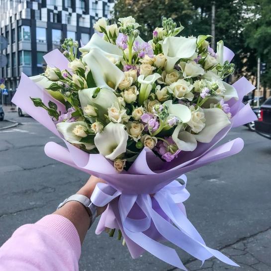 Букет с каллами и розами спрей
