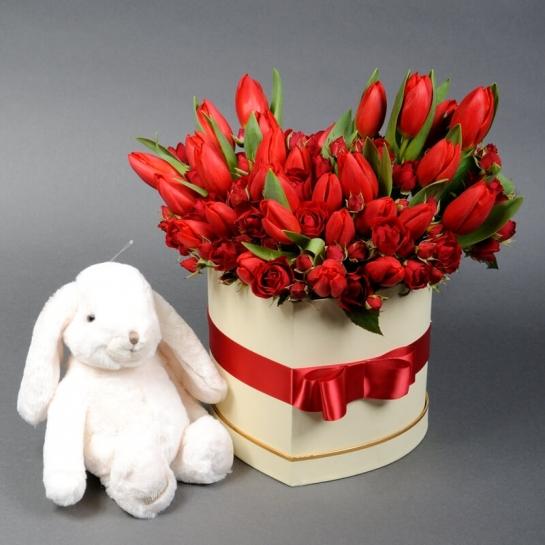 Композиція-серце з тюльпанами