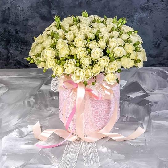 Розы Сноу Флейк в шляпной коробке
