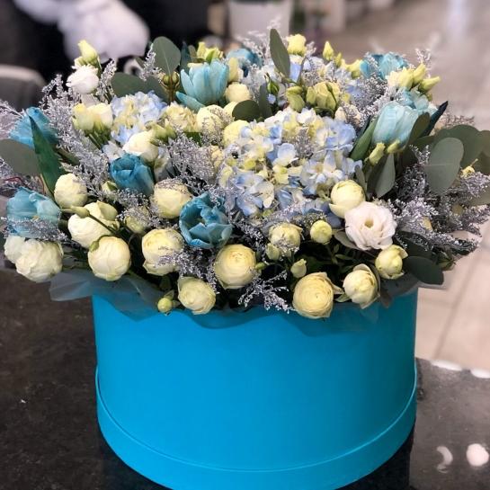 Композиция с голубыми тюльпанами